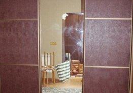 Шкаф купе с кожаными вставками и зеркалом