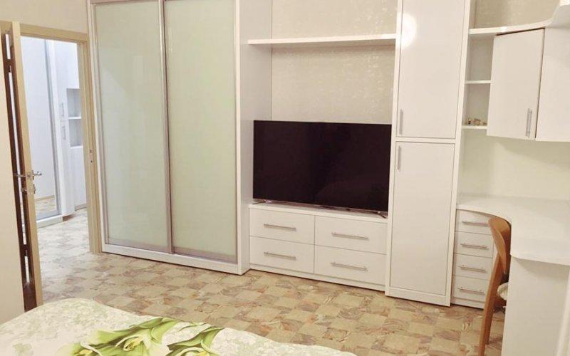 Шкаф купе с телевизором и столом