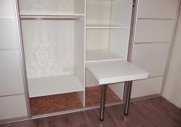 Шкаф купе внутри столик