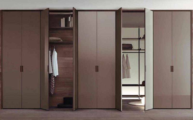 Встроенный шкаф купе с распашными дверями
