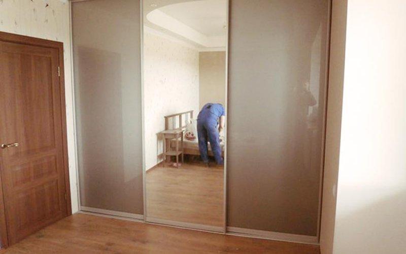 Шкаф купе с тремя дверями и зеркалом