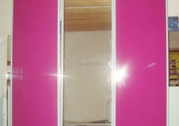 Трехдверный шкаф купе с зеркалом посередине