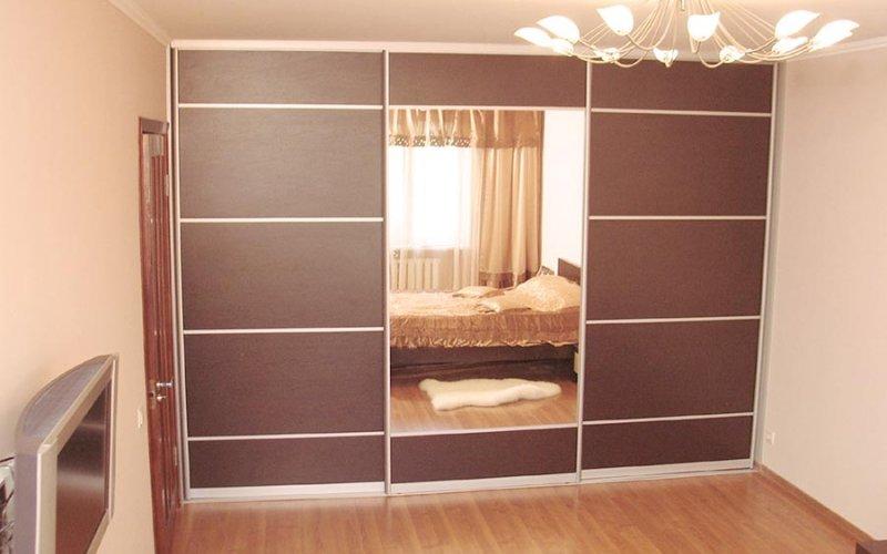 Шкафы купе трехстворчатый в спальню