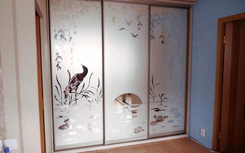 Шкаф купе трехдверный с пескоструйным рисунком