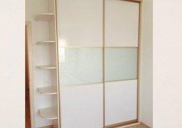 Шкафы купе с глянцевыми вставками