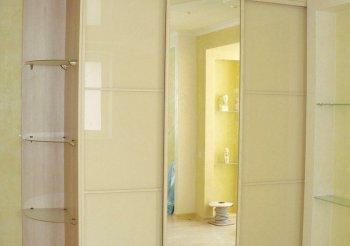 Бежевый шкаф купе с зеркалом