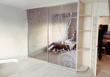 Белый современный шкаф купе