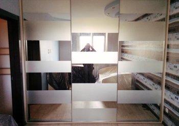 Шкаф купе с матовым стеклом и зеркалом