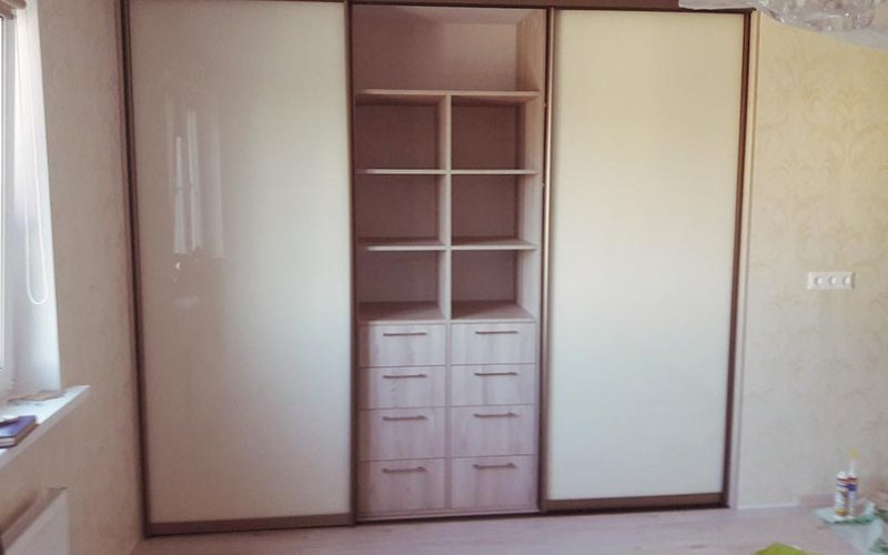 Глянцевые шкафы купе в спальню