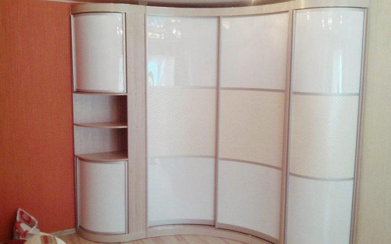 Глянцевый радиусный угловой шкаф купе