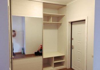 Светлый шкаф купе в коридор