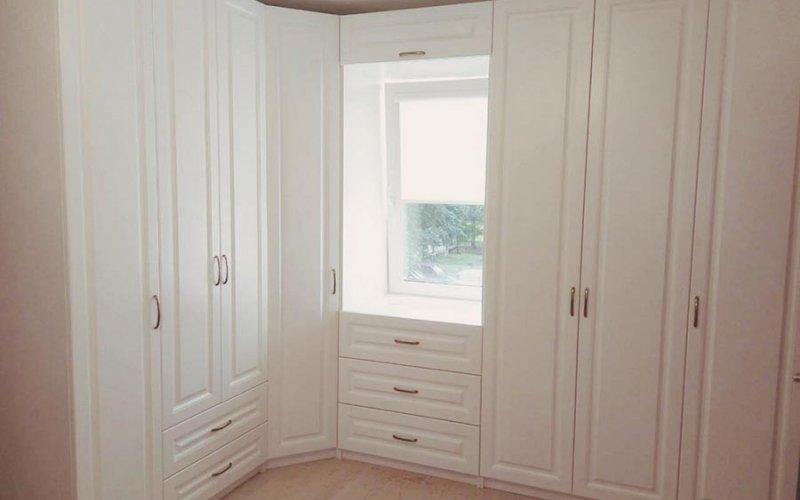Шкаф купе с подсветкой угловой в комнату