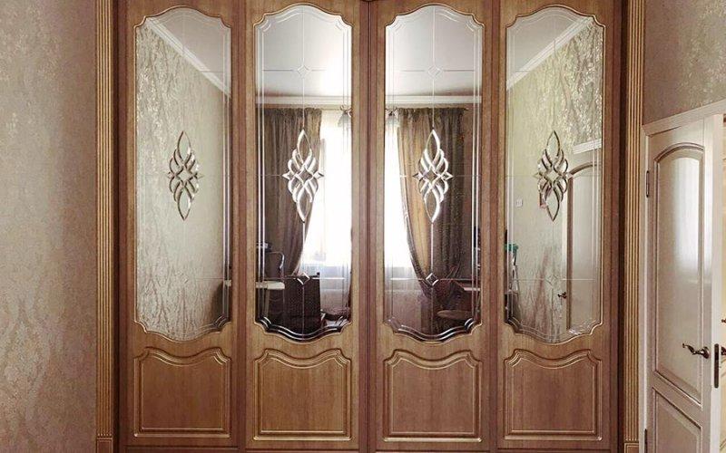 Шкафы купе в гостиную в классическом стиле