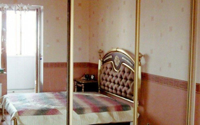 Шкаф купе с тремя зеркалами