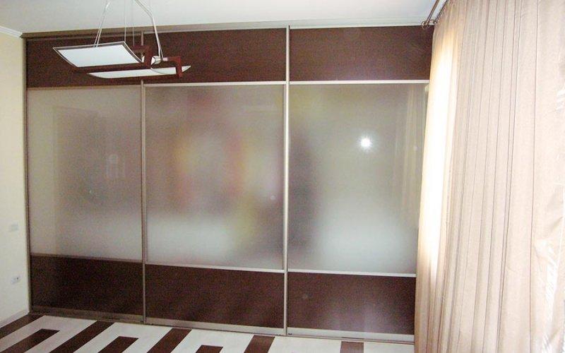 Встроенный шкаф купе со стеклом