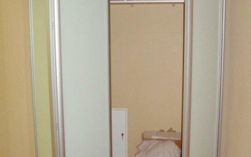 Встроенные узкие шкафы купе