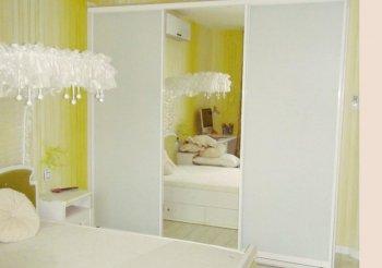 Белый шкаф купе с зеркалом в спальню