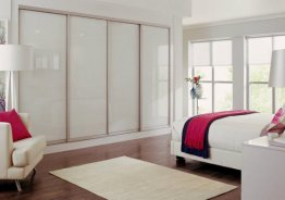 Белая спальня со шкафом купе
