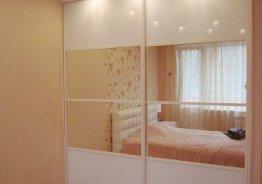 Шкаф купе белые двери с зеркалом