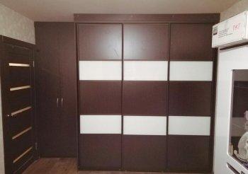 Черно белый шкаф купе с зеркалом