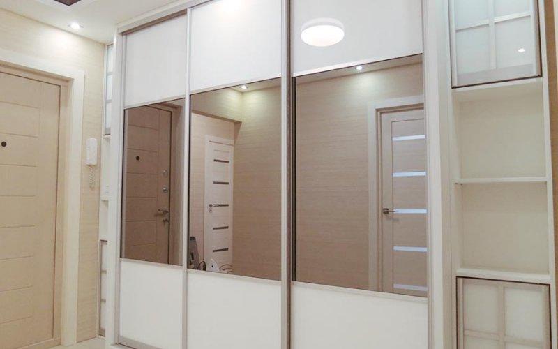 Белый встроенный шкаф купе в прихожей