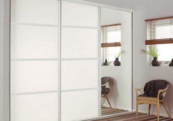 Белый встроенный шкаф купе