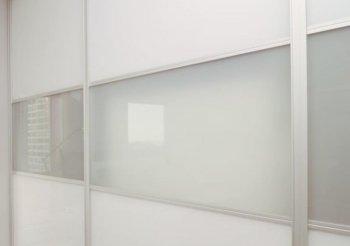 Двери купе белого цвета