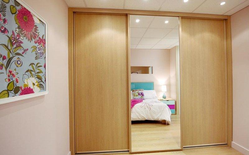 Дверь для гардеробной с вставкой лдсп