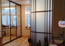Раздвижную стеклянную перегородку для комнаты