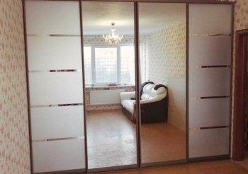 Зеркальную раздвижную перегородку для гардеробной