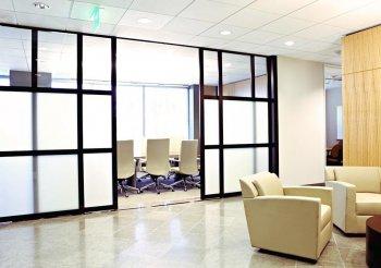 Акриловые перегородки для зонирования пространства в комнате