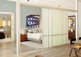 Сдвижные стеклянные перегородки в квартире