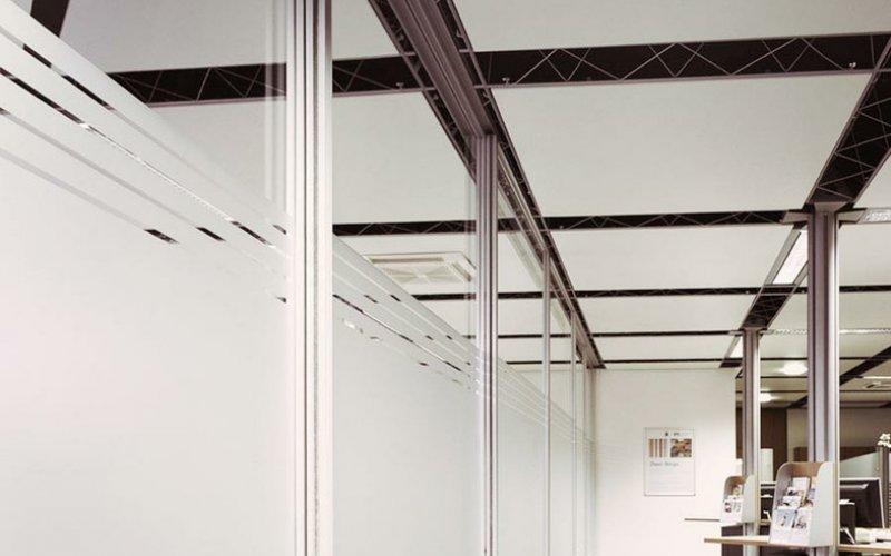 Стеклянные перегородки для зонирования пространства в офисе