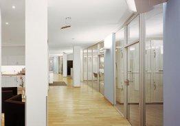 Стеклянную перегородку в офисе с дверью