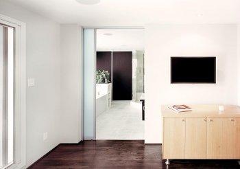 Раздвижную дверь межкомнатную одностворчатую в стену