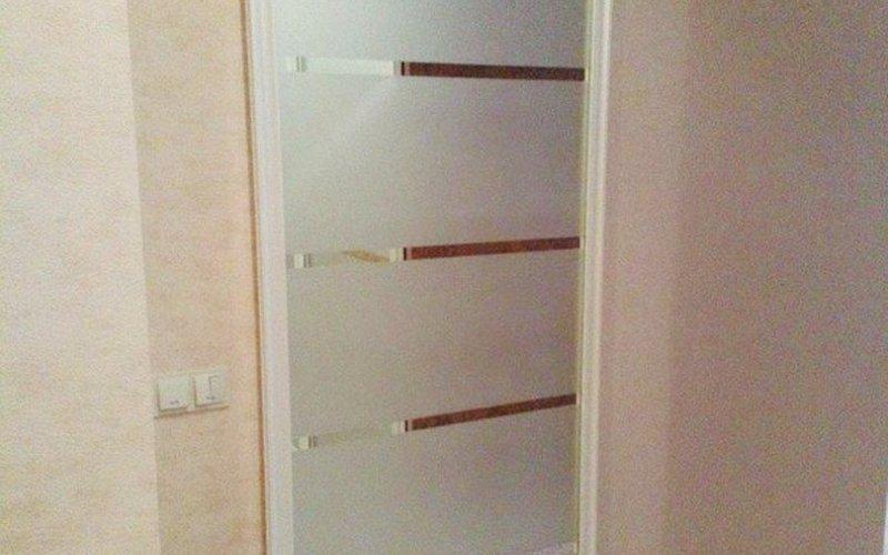 Стеклянную раздвижную дверь в ванную