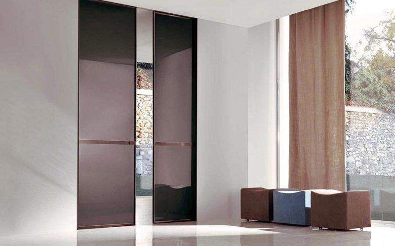 Раздвижную дверь черную в стене