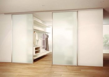 Стильные раздвижные двери в гардеробной комнате