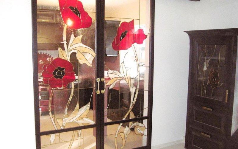 Дверь раздвижную стеклянную с декором