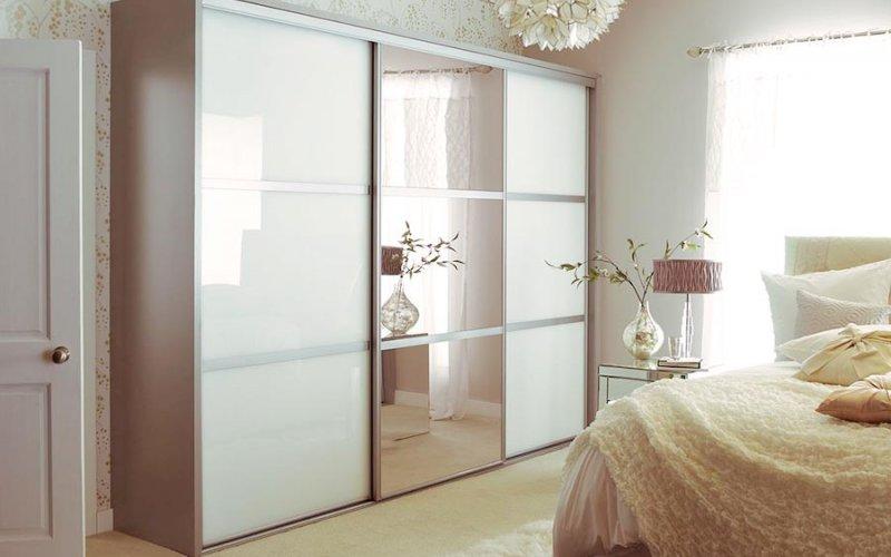 Двери купе с белым стеклом и зеркалом