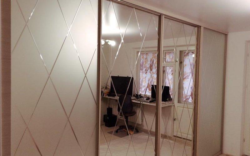 Двери купе с зеркалом и вставками