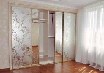 Двери купе с пескоструйным рисунком на зеркале