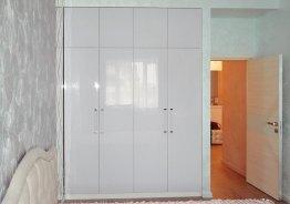 Шкаф встроенный в стену с распашными дверями
