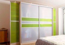Встроенный шкаф в спальню с распашными дверями