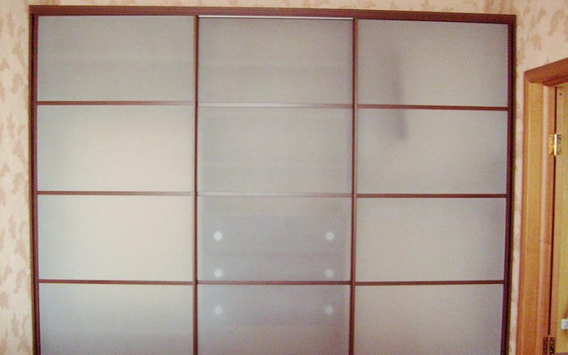 Шкаф купе стекло матовое три двери