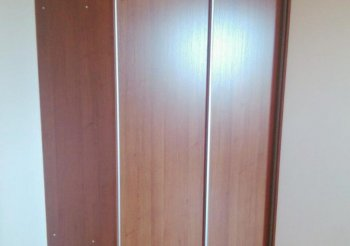 Узкий и высокий шкаф купе