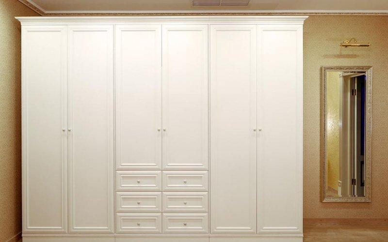 Шкаф купе в спальню с распашными дверями