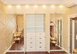 Шкаф купе с распашными дверями и зеркалом