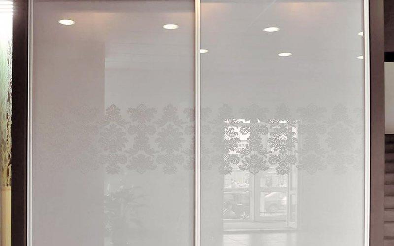 Шкаф купе со стеклянными дверями с рисунком