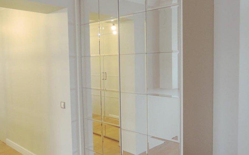 Шкафы с зеркальными дверями с фацетом распашные